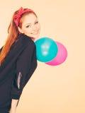Lächelndes verrücktes Mädchen, das Spaß mit Ballonen hat Stockbilder