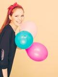 Lächelndes verrücktes Mädchen, das Spaß mit Ballonen hat Lizenzfreies Stockfoto