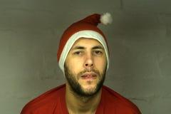 Lächelndes Weihnachten bemannen das Tragen eines Sankt-Hutes auf dem weißen Hintergrund lizenzfreies stockfoto
