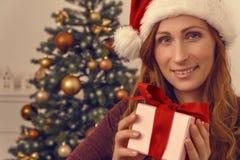 Lächelndes Weihnachtsgeschenk Lizenzfreie Stockbilder