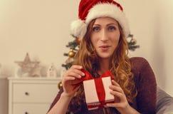 Lächelndes Weihnachtsgeschenk Lizenzfreie Stockfotos