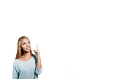 Lächelndes Zeigen der Frau herauf das Zeigen des Exemplarplatzes lizenzfreie stockbilder