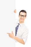 Lächelndes Zeigen der Junge auf eine Platte Stockbilder