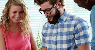 Lächelndes zufälliges Geschäft team die Diskussion und das Arbeiten mit Laptop stock video footage