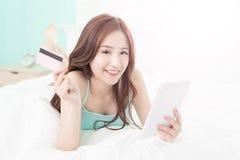 Lächelnfraueneinkaufen auf Internet stockbilder