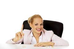 LächelnGeschäftsfrau mit mehreren von Zigaretten auf dem Schreibtisch Lizenzfreie Stockbilder