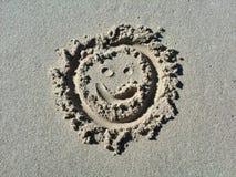 Lächelngesicht Emoticon im Sand Lizenzfreie Stockfotos
