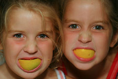 Lächelnkinder der orange Schale Stockfoto