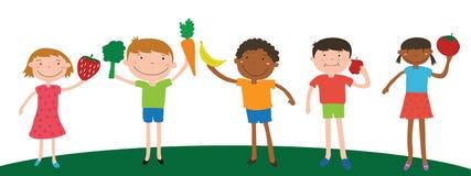 Lächelnkinderverschiedenartigkeit, die Obst und Gemüse für das Essen hält Stockfoto