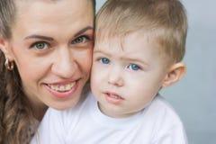 Lächelnkonzept Mamma und Schätzchen stockfoto