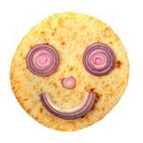 Lächelnkuchengesicht mit roter Zwiebel Stockfotografie