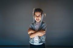 Lächelnmädchen in der Haube auf grauem Hintergrund Stockbild