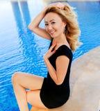 Lächelnmädchen im Pool Lizenzfreie Stockfotografie