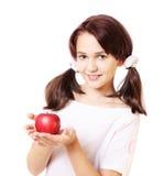 Lächelnmädchen mit Apfel Stockfoto