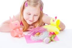 Lächelnmädchen mit Ostern-Dekoration Lizenzfreie Stockfotos