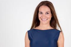 Lächelnporträt der jungen Frau der Schönheit Stockfoto