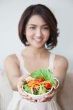 Lächelnschönheiten mit Schüssel Salat stockfotografie