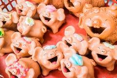 Lächelnschweinpuppe hergestellt von gebackenem Lehm Stockfoto