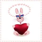 Lächerliches Kaninchen mit Herzen in den Tatzen Lizenzfreies Stockfoto