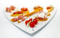 Läcker aptitretare av skinka och grönsaker royaltyfria foton