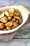 Läcker bakad potatis med timjan royaltyfri bild