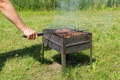 Läcker bbq-kebab som grillar på det öppna gallret, utomhus- kök smaklig mat som grillar på steknålar, mat-domstol Trevlig ny mat  Royaltyfria Foton