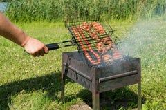 Läcker bbq-kebab som grillar på det öppna gallret, utomhus- kök smaklig mat som grillar på steknålar, mat-domstol Trevlig ny mat  Arkivfoto