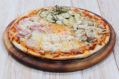 Läcker blandningpizza på trä Royaltyfria Foton
