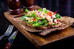 Läcker bruschetta med krabbakött i restaurangbakgrund Sund exklusiv mat tjänade som på ett träbräde och ett hantverk royaltyfri foto
