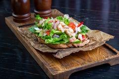 Läcker bruschetta med krabbakött i restaurangbakgrund Sund exklusiv mat tjänade som på ett träbräde och ett hantverk royaltyfri fotografi