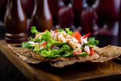 Läcker bruschetta med krabbakött i restaurangbakgrund Sund exklusiv mat tjänade som på ett träbräde och ett hantverk royaltyfria foton
