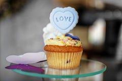 läcker cake Inskriften är förälskelse Begreppet av mat, PA Arkivbilder