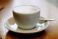 Läcker cappuccinokopp med den mjuka fokusen Royaltyfri Fotografi