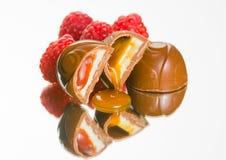 Läcker chokladjordgubbe, karamell, cheescaketryfflar. Fotografering för Bildbyråer