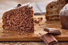 Läcker chokladkaka i den vita plattan på trätabellbakgrund Fotografering för Bildbyråer