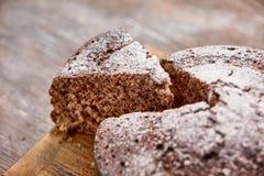 Läcker chokladkaka i den vita plattan på trätabellbakgrund Arkivbild