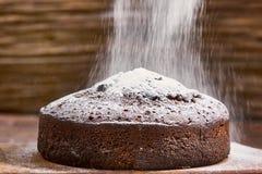 Läcker chokladkaka i den vita plattan på trätabellbakgrund Royaltyfri Foto