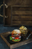 Läcker dubbel hamburgare royaltyfri bild
