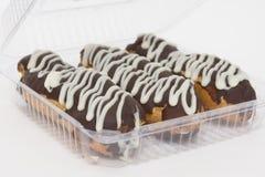 Läcker eclair som tre täckas med chokladisläggning Royaltyfria Bilder
