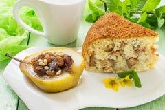 Läcker efterrätt: bakat päron med russin, data, honung och app royaltyfri foto