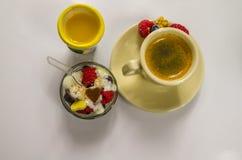 Läcker efterrätt med svart kaffe och orange fruktsaft Royaltyfri Fotografi