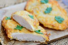 Läcker feg filé i smet Frasig smetstekt kycklingfilé på ett träbräde Enkelt stekt kycklingrecept closeup Arkivfoton