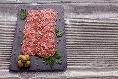 Läcker fransk salami för Saucisson sekund på en träbakgrund royaltyfri foto