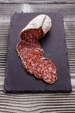 Läcker fransk salami för Saucisson sekund på en träbakgrund arkivbilder