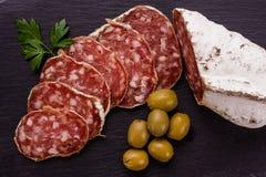 Läcker fransk salami för Saucisson sekund på en träbakgrund royaltyfri bild