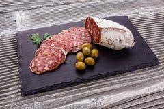 Läcker fransk salami för Saucisson sekund på en träbakgrund royaltyfria foton