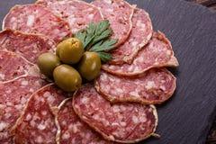 Läcker fransk salami för Saucisson sekund på en träbakgrund royaltyfria bilder