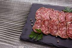 Läcker fransk salami för Saucisson sekund på en träbakgrund arkivfoto