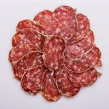 Läcker fransk salami för Saucisson sekund på en vit bakgrund royaltyfri foto