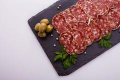 Läcker fransk salami för Saucisson sekund på en vit bakgrund arkivbilder